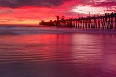 Perto do oceano Pier Sunset Fotografia de Stock Royalty Free
