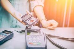 Perto do pagamento do telefone celular de NFC de uma comunicação do campo imagem de stock