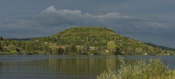 Perto do rio Labe antes da tempestade em Boêmia norte foto de stock
