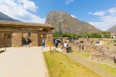 Peru arqueológico da vista panorâmica do local de Ollataytambo do templo da água fotos de stock royalty free