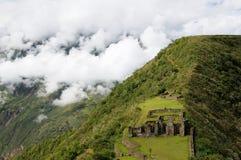 Peru avlägsen imponerande föreställning som incaen fördärvar av Choquequirao royaltyfri fotografi