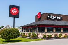 Peru - cerca do agosto de 2018: Restaurante ocasional rápido de Pizza Hut Pizza Hut é uma subsidiária de YUM! Tipos mim fotos de stock