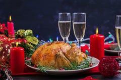 Peru cozido Jantar do Natal A tabela do Natal é servida com um peru, decorado com ouropel e velas brilhantes fritado imagens de stock