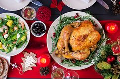 Peru cozido Jantar do Natal A tabela do Natal é servida com um peru, decorado com ouropel e velas brilhantes fritado foto de stock royalty free