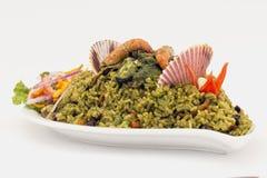 Peru Dish: Arroz verde de los mariscos hecho del arroz, coriandro, mariscos, cebolla, camarón foto de archivo