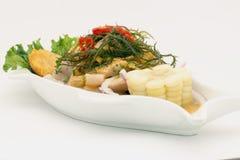Peru Dish: Cebiche (ceviche) no molho do diabrete de mar, com batata doce (camote), milho, pimentão fotos de stock royalty free