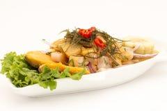Peru Dish: Cebiche (ceviche) på sås för havsgatubarn, med sötpotatisen (camote), havre, chili royaltyfri bild