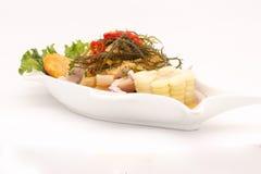 Peru Dish: Cebiche (ceviche) på sås för havsgatubarn, med sötpotatisen (camote), havre, chili royaltyfri fotografi