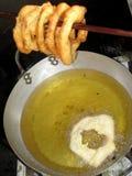 Peru Dish Dessert : Buñuelos avec du miel traditionnel de ` de chancaca de ` Arequipa rentré par photo, Pérou Photographie stock