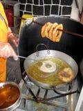 Peru Dish Dessert : Buñuelos avec du miel traditionnel de ` de chancaca de ` Arequipa rentré par photo, Pérou photos stock