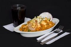 Peru Dish: Reis mit den Meeresfrüchten (Arroz-Betrug Mariscos), gedient mit einem Glas chicha Lizenzfreies Stockfoto