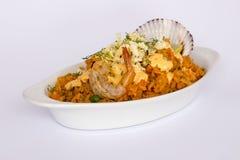 Peru Dish: Rijst met Zeevruchten (die Arroz bedriegt Mariscos), met een glas van chicha wordt gediend Stock Foto's
