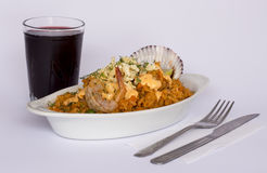 Peru Dish: Rijst met Zeevruchten (die Arroz bedriegt Mariscos), met een glas van chicha wordt gediend Stock Foto