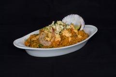 Peru Dish: Rijst met Zeevruchten (die Arroz bedriegt Mariscos), met een glas van chicha wordt gediend Stock Afbeeldingen