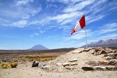 Peru fahnenschwenkend mit den Bergen im Hintergrund lizenzfreies stockbild