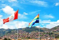 Peru flaga i Cusco flaga na miasto dachach niebieskiego nieba tle i Peru, ameryka łacińska zdjęcia stock