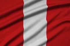 Peru-Flagge wird auf einem Sportstoffgewebe mit vielen Falten dargestellt Sportteamfahne lizenzfreies stockfoto