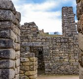 Peru, Maj, Mach Picchu, gigantów kamienie w przedpolu, grupa turyści wysocy na wierzchołku jedna trzecia fotografia zdjęcie stock
