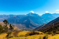 Peru Ollantaytambo-Inca fördärvar av den sakrala dalen i Anderna berg, Sydamerika. fotografering för bildbyråer