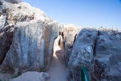 Peru, Qenko, bij Archeologisch Park van Saqsaywaman. Zuid-Amerika. Deze archeologische plaats wordt gevestigd - Inca-ruïnes die royalty-vrije stock fotografie
