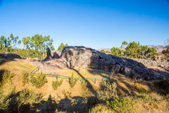 Peru, Qenko, bij Archeologisch Park van Saqsaywaman. Zuid-Amerika. Deze archeologische plaats wordt gevestigd - Inca-ruïnes die royalty-vrije stock afbeeldingen