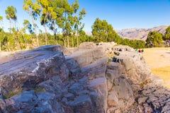 Peru, Qenko, bij Archeologisch Park van Saqsaywaman. Zuid-Amerika. Deze archeologische plaats wordt gevestigd - Inca-ruïnes die royalty-vrije stock afbeelding