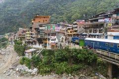 Peru Rail-trein die bij de Post van Machu aankomen Picchu stock afbeelding