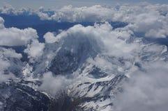 Peru - snöig bergmaximum och sjö Arkivfoton