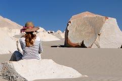 Peru, Toerist op de woestijn die Toro Muerto op Rotstekeningen letten Royalty-vrije Stock Fotografie