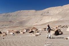 Peru, Tourist auf der Wüste Petroglyphen Toros Muerto aufpassend Stockfotografie