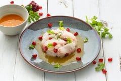 Peruan Ceviche med fruktsaft för rå fisk, granatäpple- och passionfrukt royaltyfri fotografi