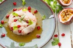 Peruan Ceviche med marinaden och granatäpplet för passionfrukt fotografering för bildbyråer