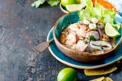 PERUAN CEVICHE SEBICHE Peruansk skaldjur- och fisksebiche med majs arkivfoton