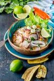 PERUAN CEVICHE SEBICHE Peruansk skaldjur- och fisksebiche med majs arkivbilder