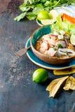 PERUAN CEVICHE SEBICHE Peruansk skaldjur- och fisksebiche med majs arkivfoto