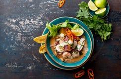 PERUAN CEVICHE SEBICHE Peruansk skaldjur- och fisksebiche med majs royaltyfri foto