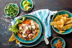 PERUAN CEVICHE SEBICHE Peruansk skaldjur- och fisksebiche med majs royaltyfria foton