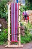 Peruan som väver på sjön Titicaca royaltyfri foto
