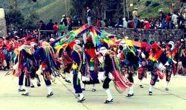 Peruanen dansar på Ollantaytambo arkivbild