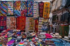 Peruanen shoppar med handgjorda hattar och halsdukar arkivfoto