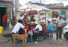 Peruaner, der bei Fried Chicken Kiosk isst Lizenzfreie Stockfotografie