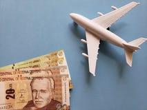 peruanische Banknoten, weißes Plastikflugzeug und blauer Hintergrund stockfotos