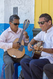 Peruanische blinde Musiker, die draußen Gitarre, Trujillo spielen Lizenzfreie Stockbilder