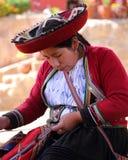 Peruanische Dame während der Arbeit Lizenzfreie Stockbilder