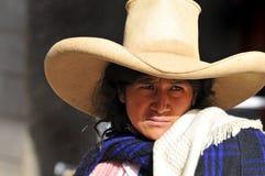 Peruanische eingeborene Frau in der traditionellen Kleidung Lizenzfreie Stockbilder