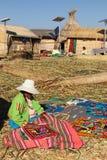 Peruanische Frau auf einer Reedinsel stockfotos