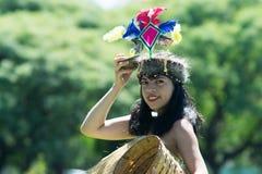 Peruanische Frau, die Stammes- Anakonda-Tanz tanzt lizenzfreie stockfotografie