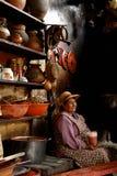 Peruanische Frau mit Getränk Stockbild