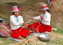 Peruanische Frauen, die Seil flechten Lizenzfreie Stockfotografie
