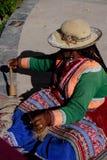 Peruanische Frauen-spinnende Wolle Stockbild